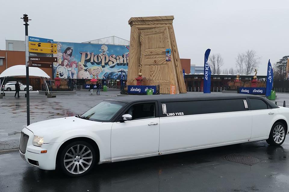 Limousine blanche devant entree Plopsa La Panne