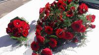 rode-bloemen-motorkap-limo