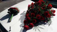 rode-bloemen-motorkap-limousine