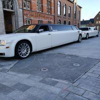 twee-witte-limousines-gemeentehuis-huwelijk