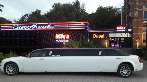 Foto limousine voor dancing Willy's Moustache in Willebroek